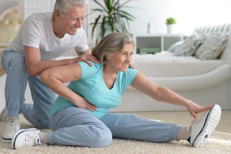 volwassen paar het maken van oefeningen Stockfoto