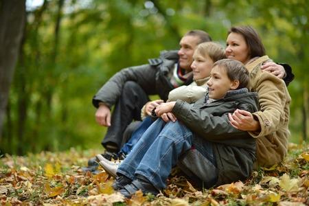 Retrato de la familia se relaja