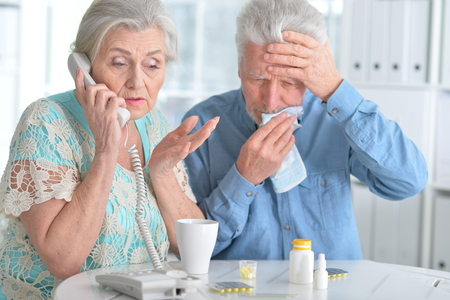 Elderly couple with pills Banque d'images