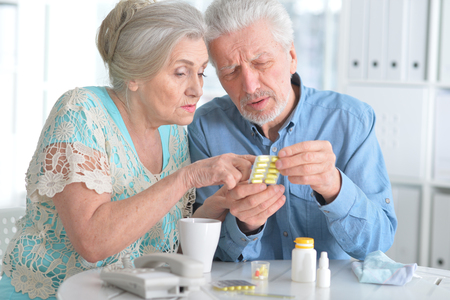 Elderly couple with pills 版權商用圖片