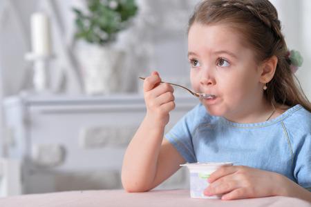 요구르트를 먹는 어린 소녀