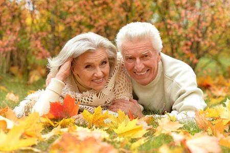 행복 한 고위 커플의 초상화