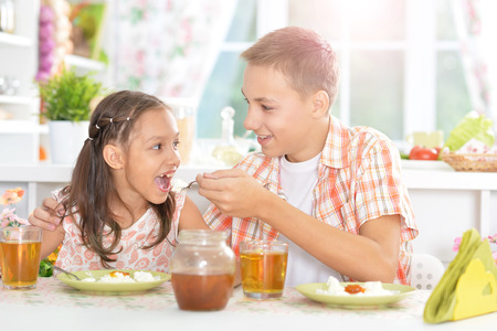 niños desayunando: Niños felices desayunando