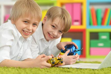 niños jugando videojuegos: Brothers playing a computer game