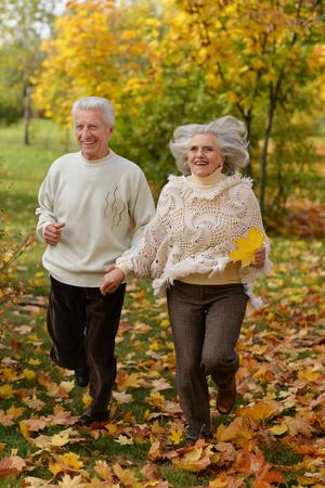Senior pareja corriendo en el parque