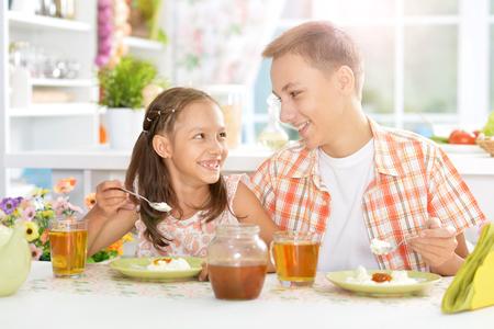 Niños felices desayunando Foto de archivo - 81694758