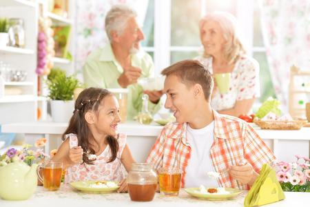 niños desayunando: Familia con niños que desayunan