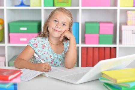 investigando: Cute girl with laptop