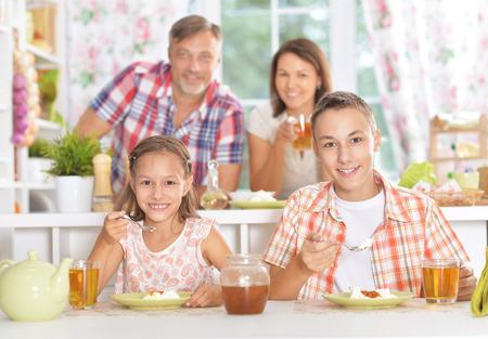 niños desayunando: Hermano y hermana desayunando