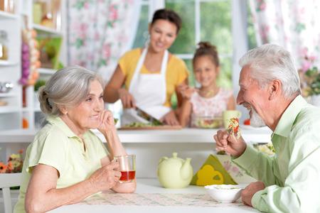 Hoger paar het drinken thee bij keuken Stockfoto - 84810159
