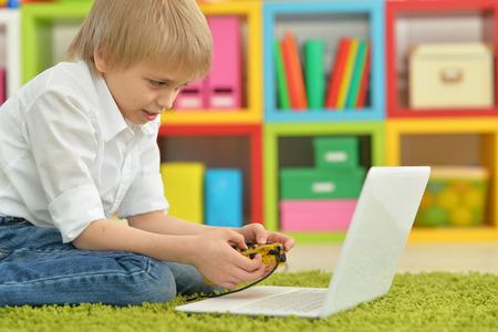 niños jugando videojuegos: Adolescente con una computadora portátil