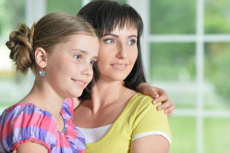 어머니와 딸 포옹