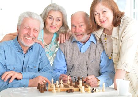 Uomini senior che giocano a scacchi