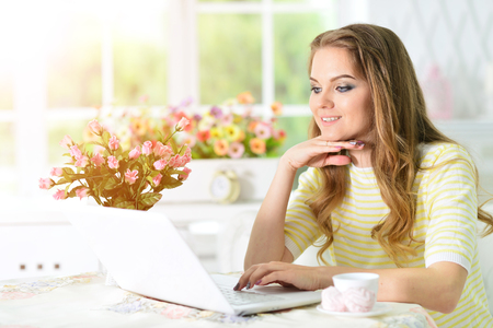 young woman using laptop Imagens