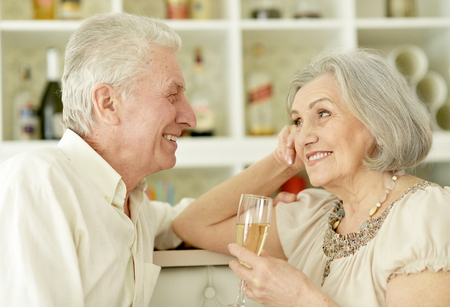 mature couple drinking champagne Banque d'images