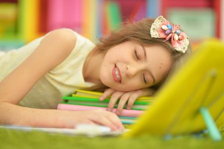 Porträt des netten kleinen Mädchens , das auf Stapel schläft