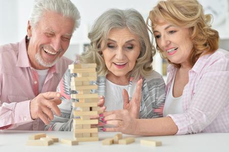 Personas mayores jugando con bloques de madera