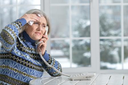 Reife Frau, die Doktor anruft Standard-Bild - 96937421