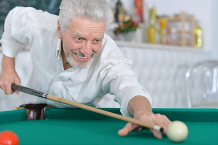 senior man playing billiard Banque d'images