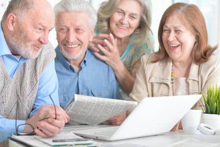 senior couples reading newspaper Foto de archivo - 97202841
