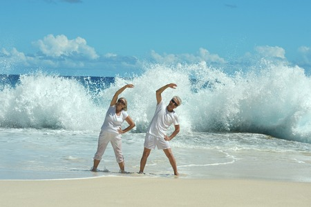 coppia senior facendo esercizi