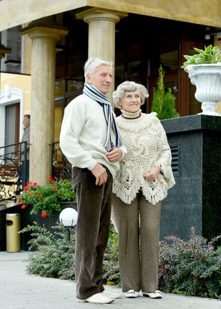 Portrait of senior couple walking in city Banque d'images - 109639135