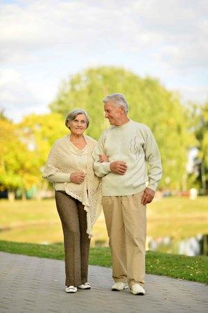 senior couple outdoors walking in the park 版權商用圖片