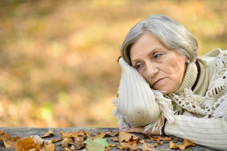 Portrait of senior woman in autumn park Imagens - 109713486