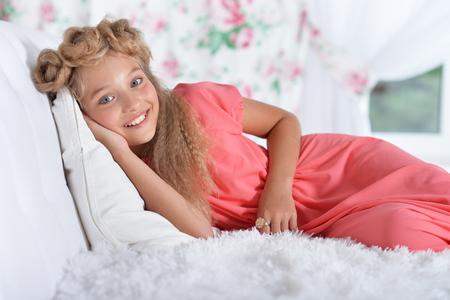 Retrato de niña adorable en hermoso vestido rosa de cerca