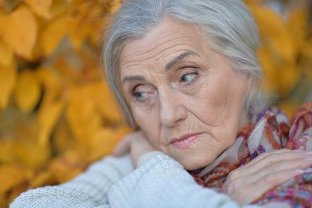 Portrait of a sad senior woman in park Banco de Imagens - 113986966
