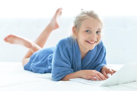 Linda chica con bata de baño azul