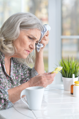 Portrait of a senior woman with headache Banco de Imagens - 115295107
