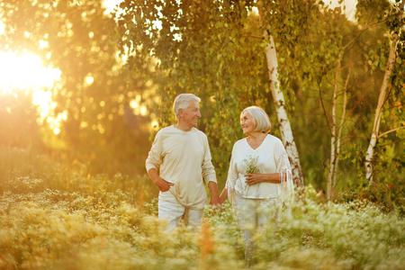 Couple d'âge mûr amoureux