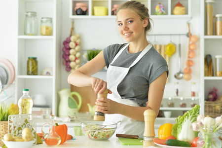 Portrait of girl in the kitchen cook Stockfoto