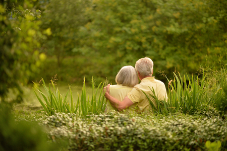 senior couple  hugging 版權商用圖片