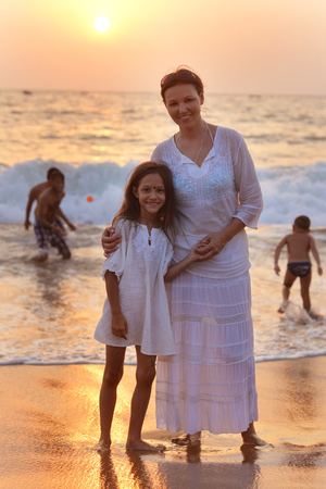 Portrait of mother and daughter on sandy beach Banque d'images