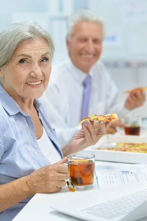businesspeople eating pizza