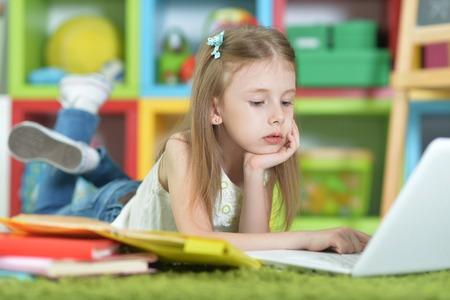 Cute schoolgirl doing homework Фото со стока - 117812340
