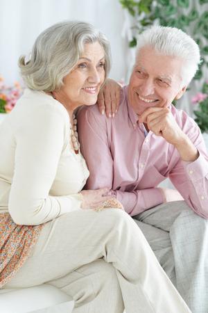 Nahaufnahmeporträt des glücklichen älteren Paares, das ausruht Standard-Bild