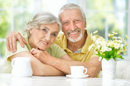 Happy senior couple drinking tea 版權商用圖片 - 119476278