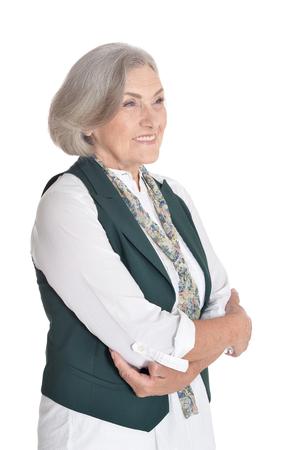 Schöne ältere Frau posiert vor weißem Hintergrund