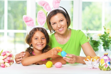 Portrait of other and daughter with Easter eggs 版權商用圖片