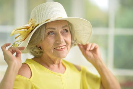 Retrato, de, hermoso, mujer mayor, en, vestido amarillo Foto de archivo