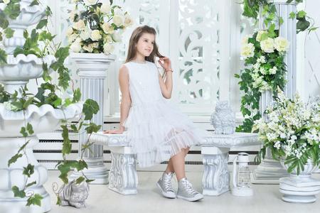 Little girl in white dress Imagens