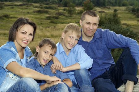 glückliche nette Familie