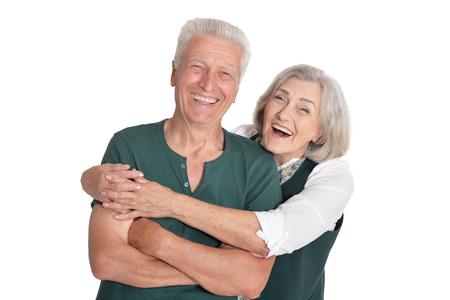 Retrato de la feliz pareja senior posando sobre fondo blanco.