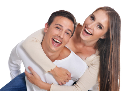 Portret van gelukkige jonge paar omarmen op witte achtergrond