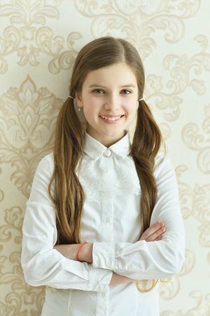 Glückliches kleines Mädchen posiert Standard-Bild