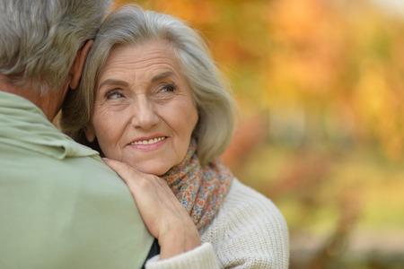 Close Up retrato de la feliz pareja senior descansando en el parque otoñal