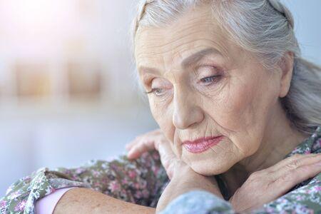 Bliska portret smutnej starszej kobiety
